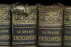 Oude boeken op plank royalty-vrije stock foto's