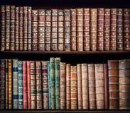 Oude boeken op uitstekende houten plank royalty-vrije stock afbeelding