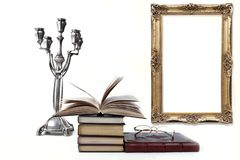 Oude boeken op witte achtergrond royalty-vrije stock afbeeldingen