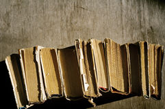 Oude Boeken Stapel van oude boeken op een houten achtergrond Royalty-vrije Stock Foto
