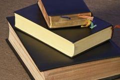 Oude boeken van de Bijbel stock foto's