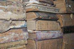 Oude boeken in zolder van gemeente stock foto