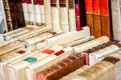 Oude boekenachtergrond Oude boeken in een rij Antieke Boeken Stock Afbeelding