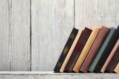 Oude boekenplank lege stekels, lege bandtribune op houten textuur Royalty-vrije Stock Fotografie