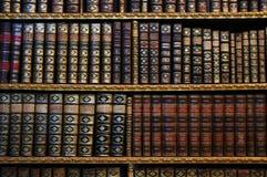 Oude boekenrekken Royalty-vrije Stock Foto's