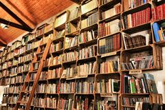 Oude boekhandel met plankenhoogtepunt van boeken in Obidos royalty-vrije stock fotografie