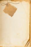 Oude boekpagina en kartonspatie stock foto's