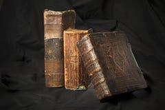 Oude boekstekels op zwarte achtergrond Oude bibliotheek Antieke Ho royalty-vrije stock foto's
