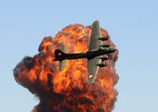 Oude bommenwerper tegen vuurbol royalty-vrije stock fotografie
