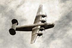 Oude bommenwerper tijdens de vlucht royalty-vrije stock foto's