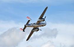 Oude bommenwerper tijdens de vlucht Royalty-vrije Stock Afbeelding