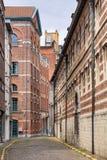 Oude bondgenoot met baksteengebouwen in het historische stadscentrum van Antwerpen, België stock afbeeldingen