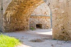 Oude boog binnen de oude stad van Rhodos, Griekenland Royalty-vrije Stock Foto's