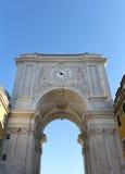 Oude boog met horloge in het centrum van Lissabon Stock Foto's