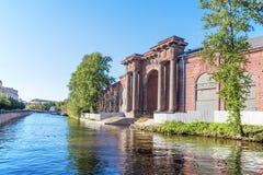 Oude boog over het kanaal op het Eiland Nieuw Holland van de kant van de Moika-rivier in Heilige Petersburg Stock Fotografie