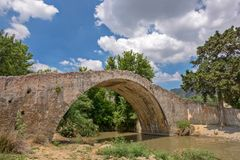 Oude boogbrug op Kreta, Griekenland Royalty-vrije Stock Afbeeldingen