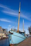 Oude boot bij de haven in Nederland stock afbeeldingen