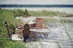 Oude boot bij de kust van het meer Stock Foto's