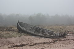 Oude boot in de mist Royalty-vrije Stock Afbeeldingen