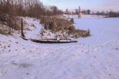 Oude boot dichtbij de rivier Royalty-vrije Stock Foto's