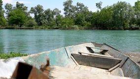 Oude boot dichtbij rivierpijler Close-up stock footage