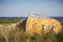 Oude boot die in het gras leggen stock foto