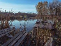 Oude boot die zich in water rond bosachtergrond bevinden royalty-vrije stock foto