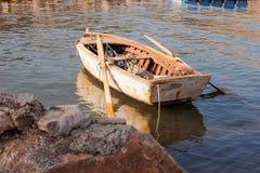 Oude boot door de kust royalty-vrije stock afbeeldingen