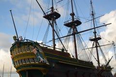 Oude boot in jachthaven blauwe hemel royalty-vrije stock afbeelding