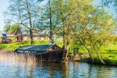 Oude boot in meer royalty-vrije stock foto's