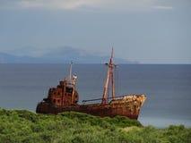 Oude boot op de Griekse kustlijn Stock Afbeelding