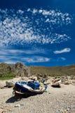 Oude boot op de kust in het eiland Kreta van Griekenland Stock Afbeelding