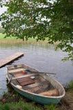 Oude boot op de kust van het meer Stock Foto
