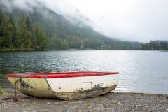 Oude boot op de rand van een meer stock afbeeldingen