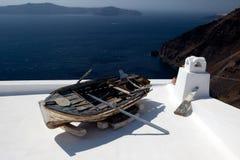 Oude boot op een dak Stock Afbeelding