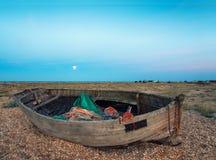 Oude boot op een strand royalty-vrije stock afbeelding