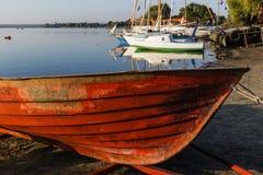 Oude boot op het meer Stock Afbeelding