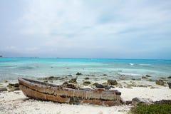 Oude boot op het strand Royalty-vrije Stock Fotografie