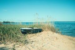Oude boot op het strand Stock Afbeeldingen