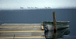 Oude Boot op Meer stock fotografie