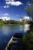 Oude boot op rivierkust stock fotografie