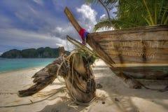 Oude boot op strand Stock Afbeeldingen