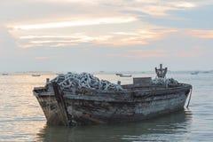 Oude boot van hout in het overzees Royalty-vrije Stock Afbeelding