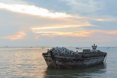 Oude boot van hout in het overzees Stock Foto