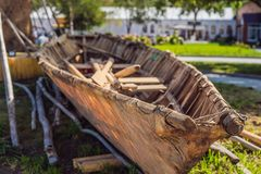 Oude boot van oude stammen op de kust stock foto