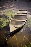 Oude boot in water Royalty-vrije Stock Afbeeldingen