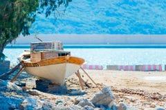 Oude boottribunes op de kust Royalty-vrije Stock Foto's