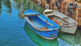 Oude boten bij de pijler stock afbeelding