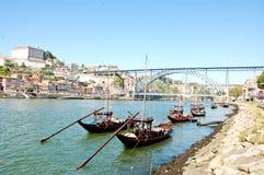 Oude boten die de wijn van Porto langs de dourorivier dragen Stock Afbeeldingen