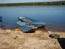 Oude boten op bruine wateren van Donau stock afbeeldingen